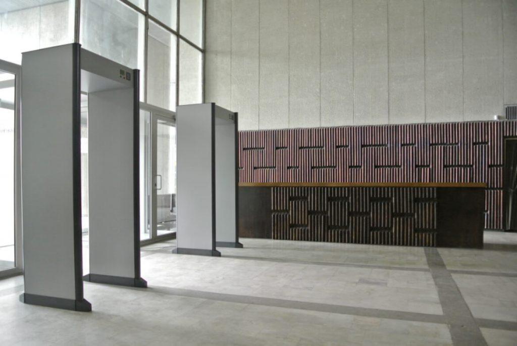 metal-detector-gates-and-reception-desk-dirigenten-conductor-setfactory